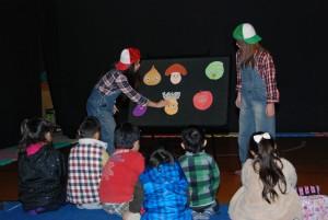 ※パネルシアターは保育内容表現演習の授業で行います。子ども達を前にして、パネルボードを舞台にお話をしたり、歌遊び、ゲームなどを行います。