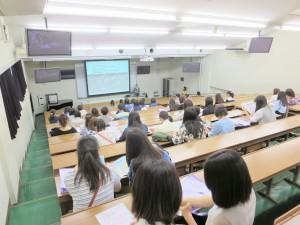 大橋副学長が東京家政学院大学の歴史から今にいたるまでを説明しました。
