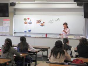 健康栄養学科 金澤先生による体験授業「健康食:yes,no?」です。健康食とはどのような食事かをyes.noのクイズ形式で考えてみました。