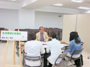 現代家政学科 西海先生による体験授業「生活革命と衣食住」です。1953年からの12年間の日本の生活革命の経緯をお話ししました。