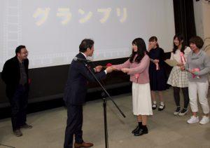 つくッぺ表彰式 写真左から中村義洋監督(特別審査員)、市原健一つくば市長、受賞学生(7名のうち4名が登壇)
