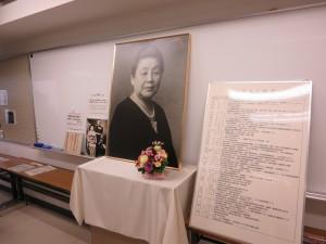 『光塩会東京支部(同窓会)』本学創立者の大江スミの生涯の展示や手作り品バナーなどを開催。