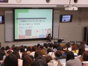 『女子大生のキャリア形成のために』麓幸子さん(日経BP社生活情報グループ統括補佐など)の特別講演会を開催。受講した学生から「インターンシップの話を聞いて3年生になったらインターンシップの授業を取りたいと思いました」など、自分のキャリアを考える良い機会になりました。